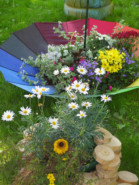 Colorful Backyard Decorating Ideas With Umbrellas And Flowers ...