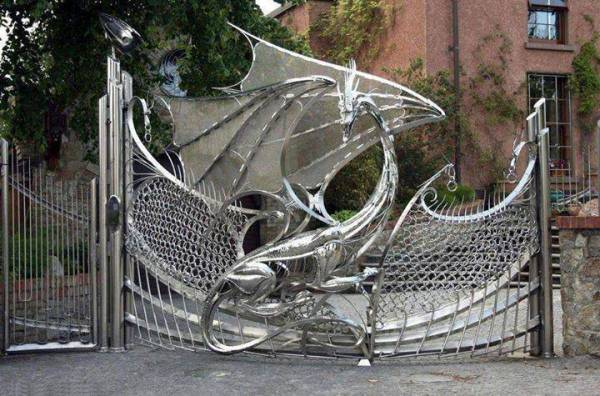 Dragon-Gate-of-Harlech-House